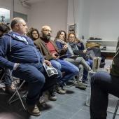 Gianfranco Ferraro, a destra, durante la presentazione della fanzine fotografica Il signor Sindaco e la Città Futura. In primo piano a sinistra lo scrittore Gioacchino Criaco, autore di Anime Nere. © Laura Farinoni/FPschool.