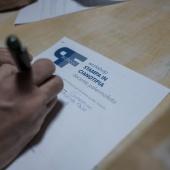 È il momento delle iscrizione al workshop di stampa in cianotipia. © Salvo Veneziano/Palermofoto.