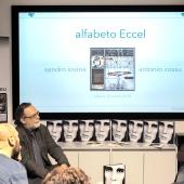 Sandro Iovine, a sinistra, e Antonio Cossu, presidente di Promart, Libera Associazione per la promozione delle Arti, a destra, presenta il lavoro di Adriano Eccel sotto la prospettiva del collezionista. © Luca Chistè.