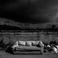Stefano Schirato, Spazzatura in via Cinquevie, nel cuore della Terra dei fuochi, Casalnuovo, Napoli, 2015, dal libro Terra Mala. Living with Poison. © Stefano Schirato.