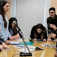 Studenti dell'stituto Tecnico Tecnologico G. B. Amico di Trapani, durante un momento di pausa nella giornata dedicata all'incontro con FPschool e il linguaggio della fotografia. © Giovanni Cusenza.