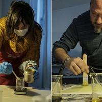 Veronica, a sinistra, mentre prepara i chimici per effettuare la sua stampa e Gianfranco, a destra, mentre sensibilizza il suo foglio di carta. © Salvo Veneziano/Palermofoto.