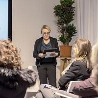 Claudia Sartori, presidente dell'Associazione Culturale AEcceL per la fotografia, spiega le finalità dell'associazione che presiede. © Luca Chistè.
