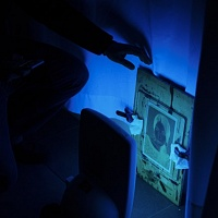 L'esposizione ai raggi UV del negativo realizzato con una stampante digitale su carta da lucido. © Salvo Veneziano/Palermofoto.