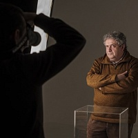 Dopo la teoria passiamo alla pratica in sala di posa dove, sotto la guida di Giacomo Artale, si fanno i ritratti che poi verranno stampati in cianotipia. © Salvo Veneziano/Palermofoto.