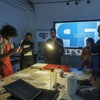 Si preparano le strisce di carta per effettuare i provini di esposizione. © Salvo Veneziano/Palermofoto.