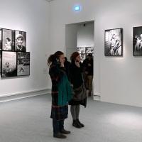 Un momento della visita alla mostra Letizia Battaglia. Storie di stradaa Palazzo Reale a Milano. © FPmag.