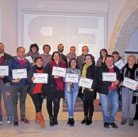 I partecipanti al workshop di Introduzione alla lettura delle immagini con gli attestati di partecipazione.