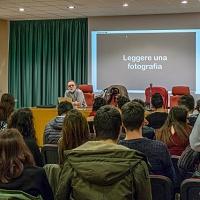 Un momento della lezione di Sandro Iovine durante la giornata di incontro con gli studenti dell'stituto Tecnico Tecnologico G. B. Amico di Trapani. © Giovanni Cusenza.