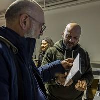Al termine della presentazione della fanzine fotografica Il signor Sindaco e la Città Futura inizia il book signing. © Laura Farinoni/FPschool.