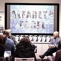 Luca Chistè, a destra, amico e stampatore di Adriano Eccel,dialoga con Sandro Iovine, a sinistra, durante la serata dedicata alla memoria di Adriano Eccel. @ Dario Coletti.